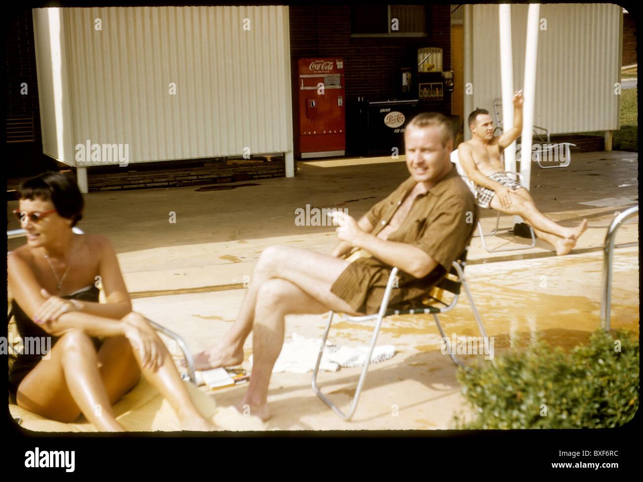 Deux hommes et une femme au bord de la piscine de détente motel machine coca cola 1959 Années 50 l'extérieur Photo Stock