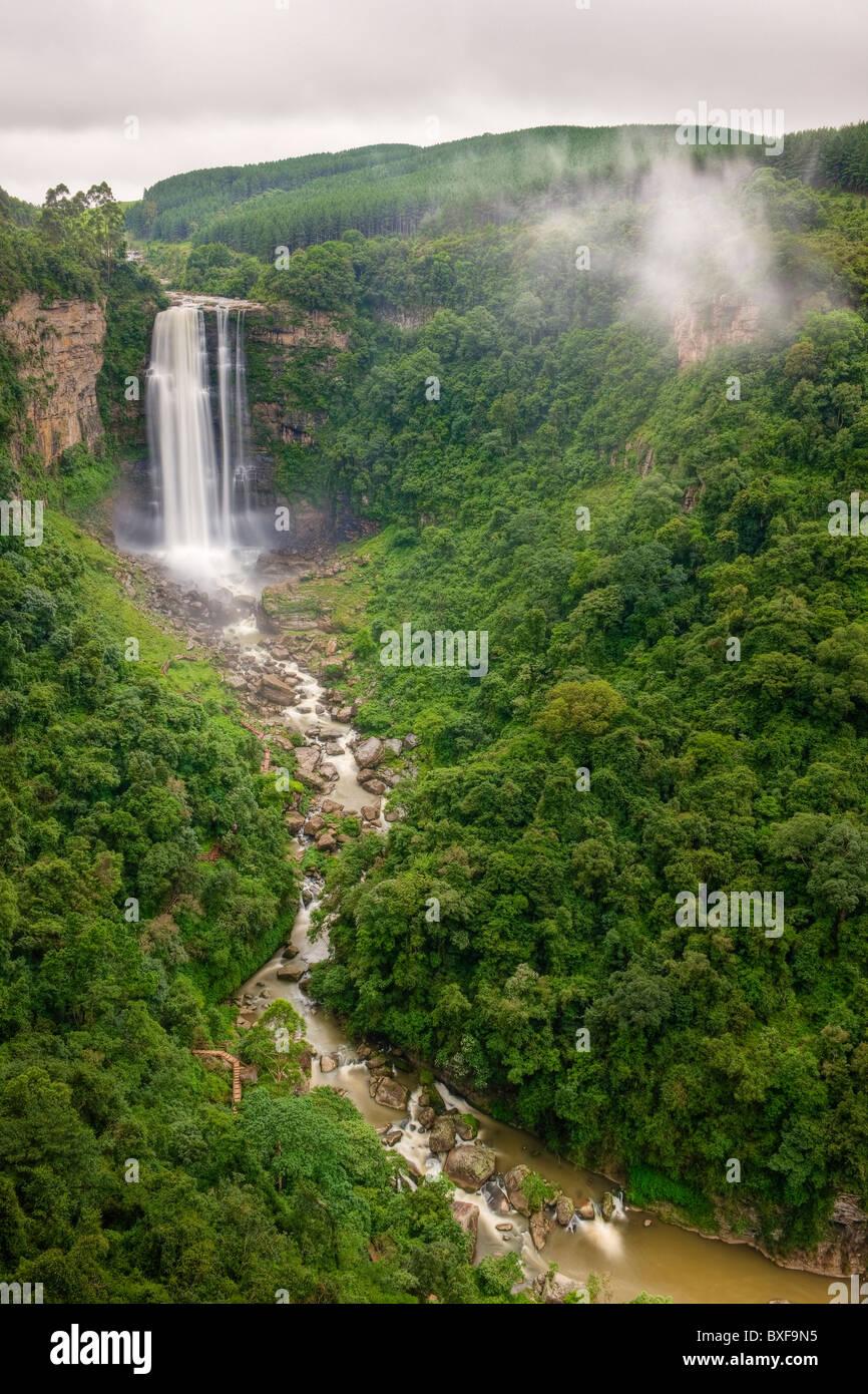Karkloof Falls 88 mètres plongeant dans la vallée de Karkloof. Howick. KwaZulu Natal Midlands, Afrique Photo Stock