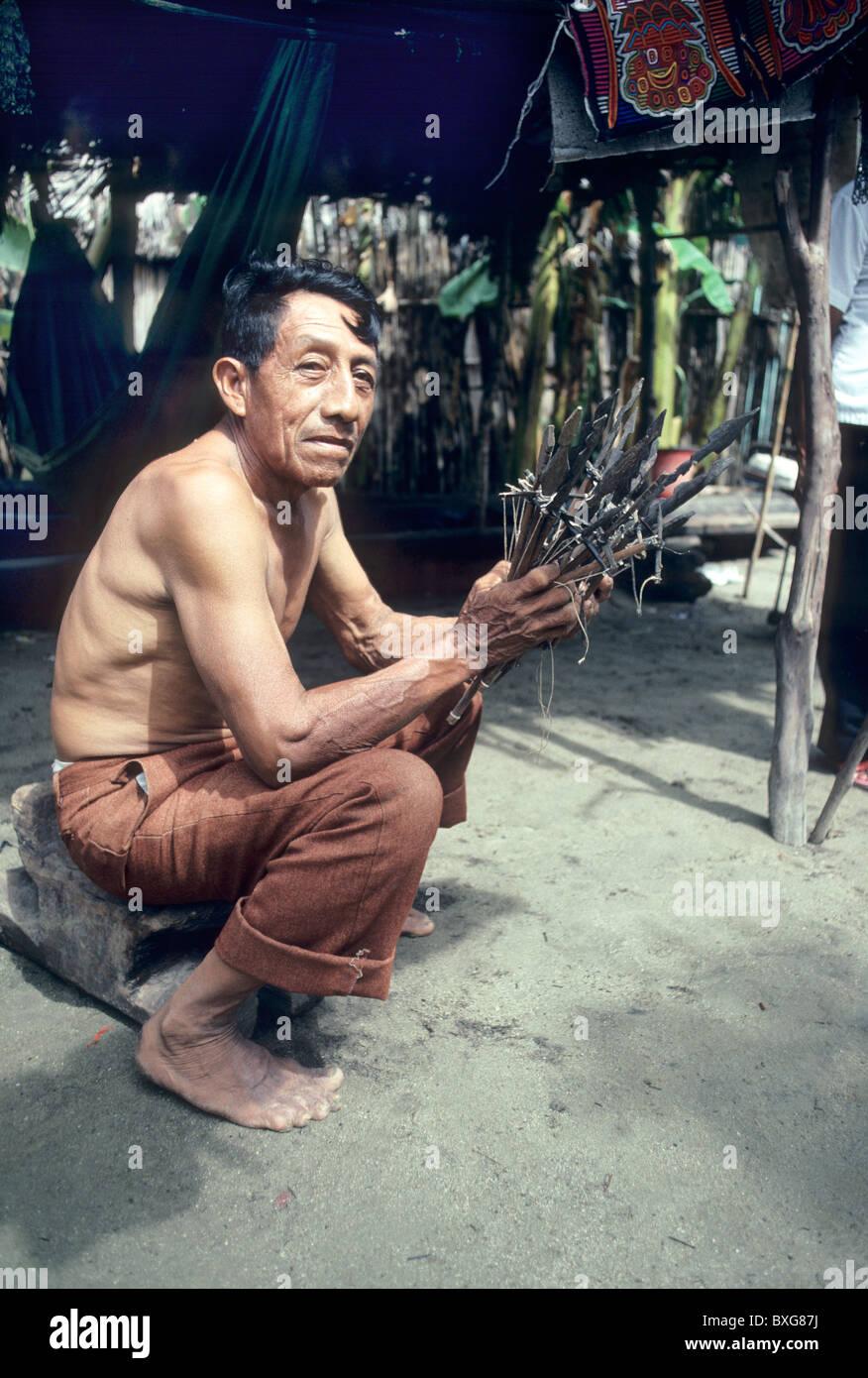 Les indiens Cuna, chef medicine man sitting in hut, Photo Stock