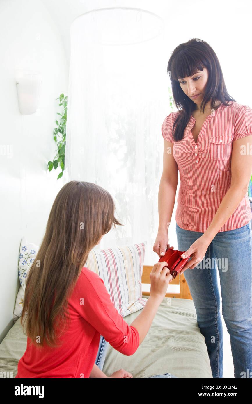 Porte-monnaie vide montrant la mère à sa fille adolescente Photo Stock