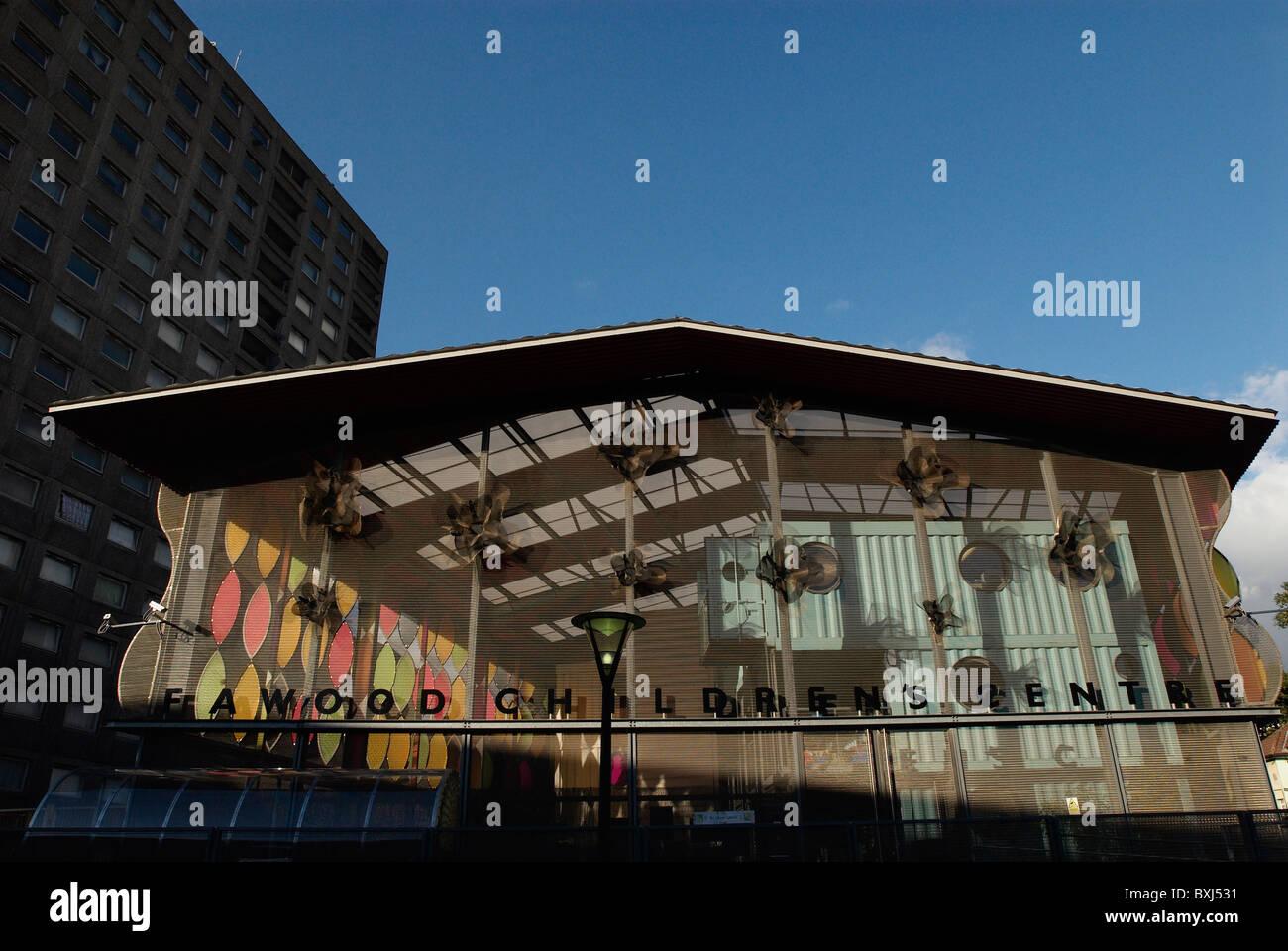 Stonebridge Pépinière conçu par Alsop Architects boîtier unique avec des murs revêtus de maille et toit en tôle du nord de Londres, UK Banque D'Images