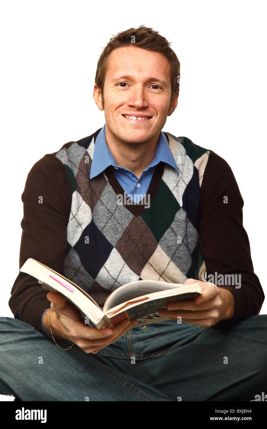 Homme assis avec livre à étudier isolated on white Photo Stock