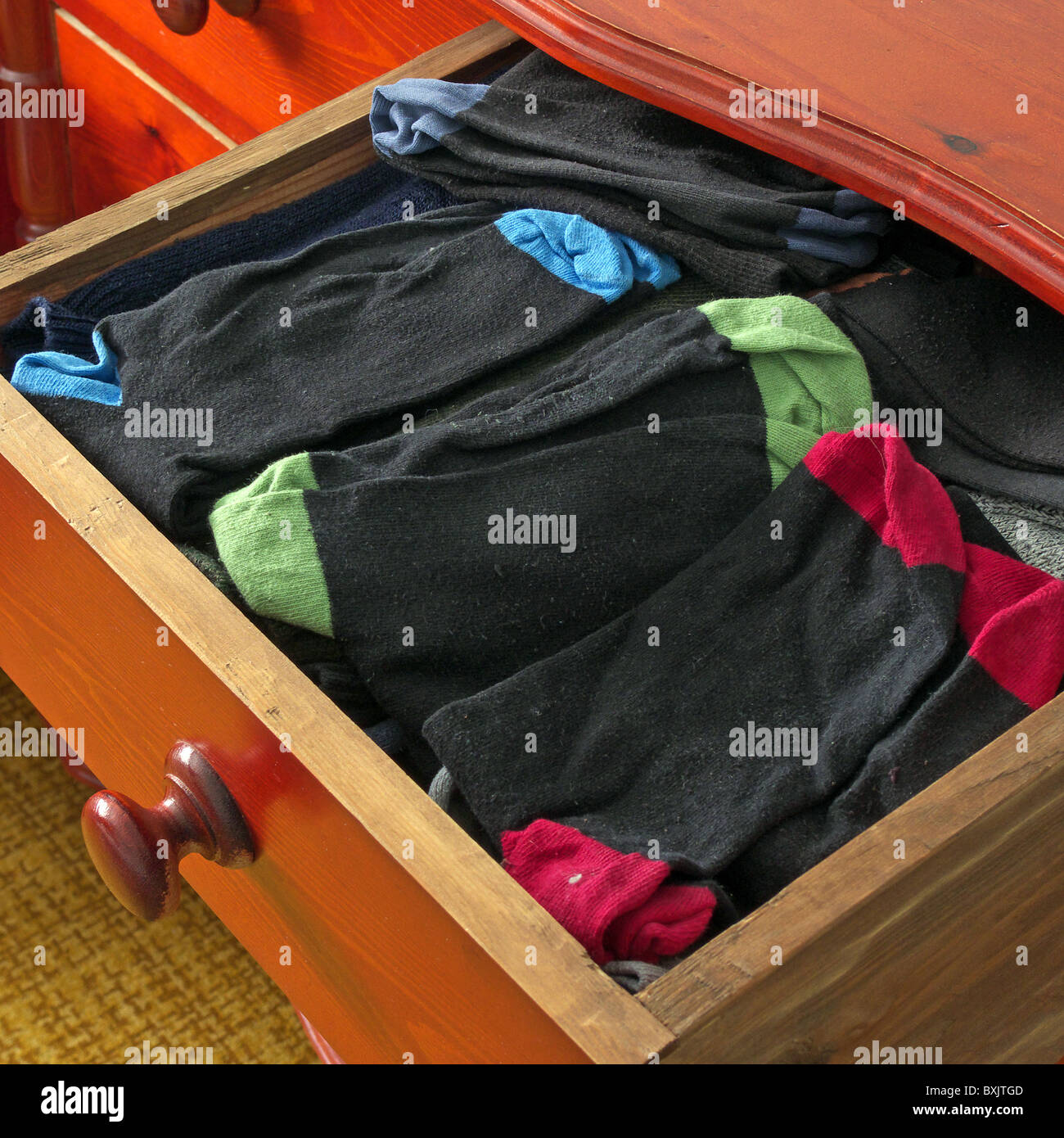 Ouvrir un tiroir plein de chaussettes pour hommes, UK Photo Stock