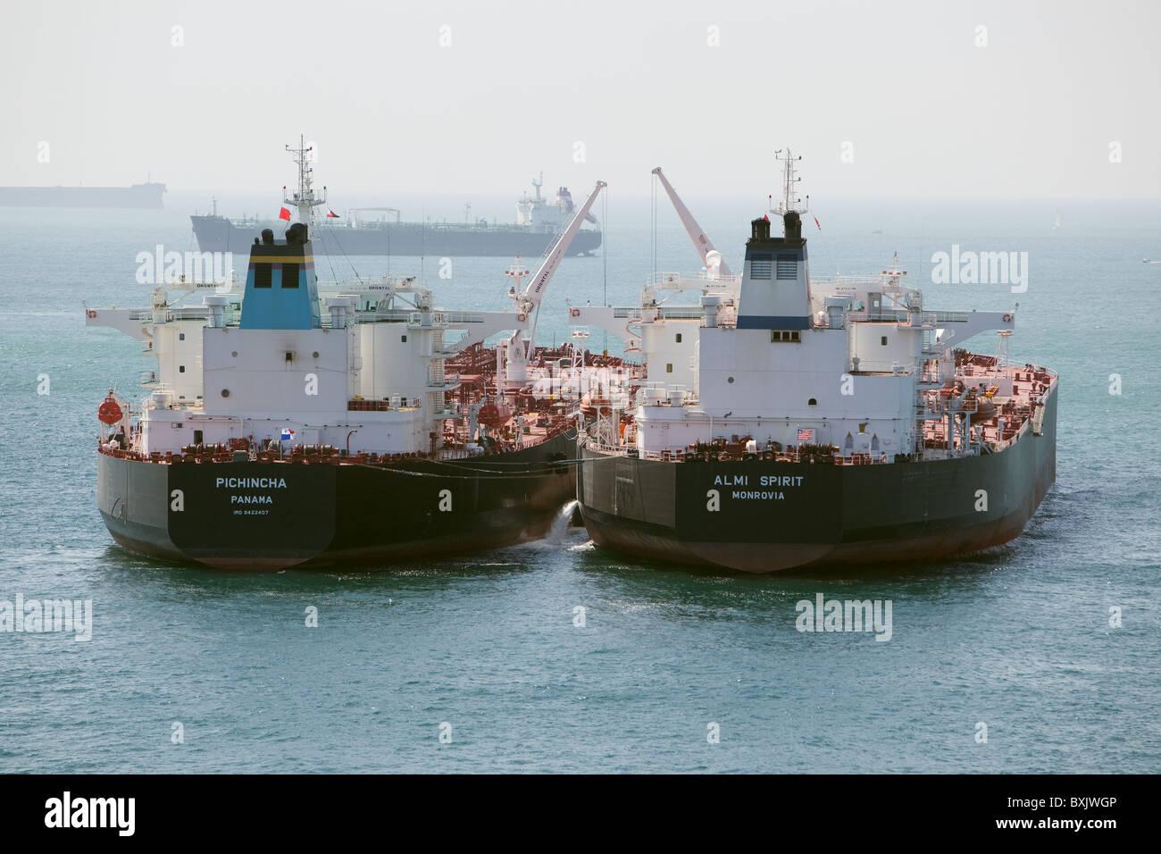 Deux navires-citernes d'huile à côté de l'autre l'exécution de 'navire à navire cargo' transfert. Gibraltar. Alléger un navire dans l'autre. Banque D'Images