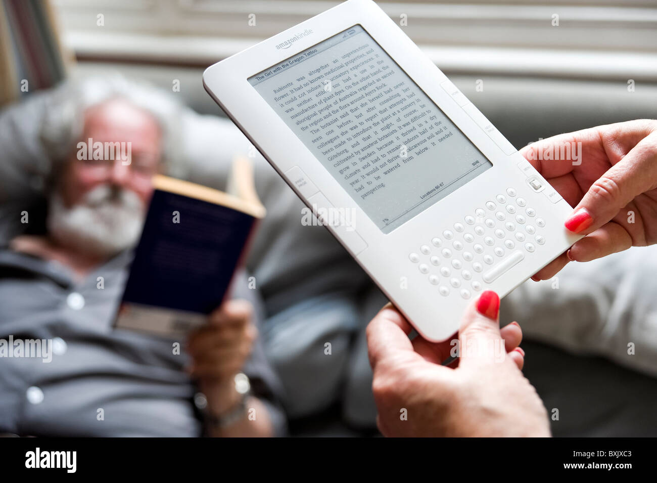 Lecture du livre sur Amazon Kindle Photo Stock