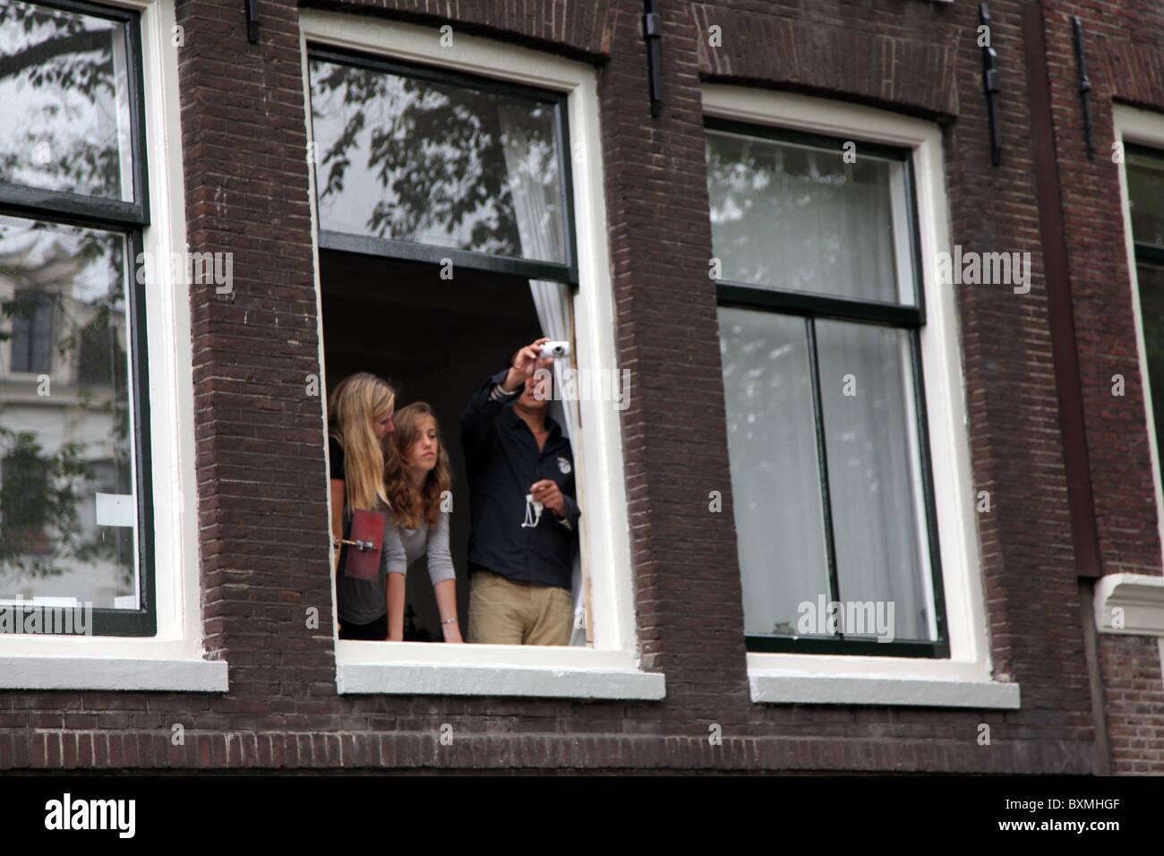 L'observation de la famille d'une fenêtre au cours de Gay Pride 2010 Photo Stock