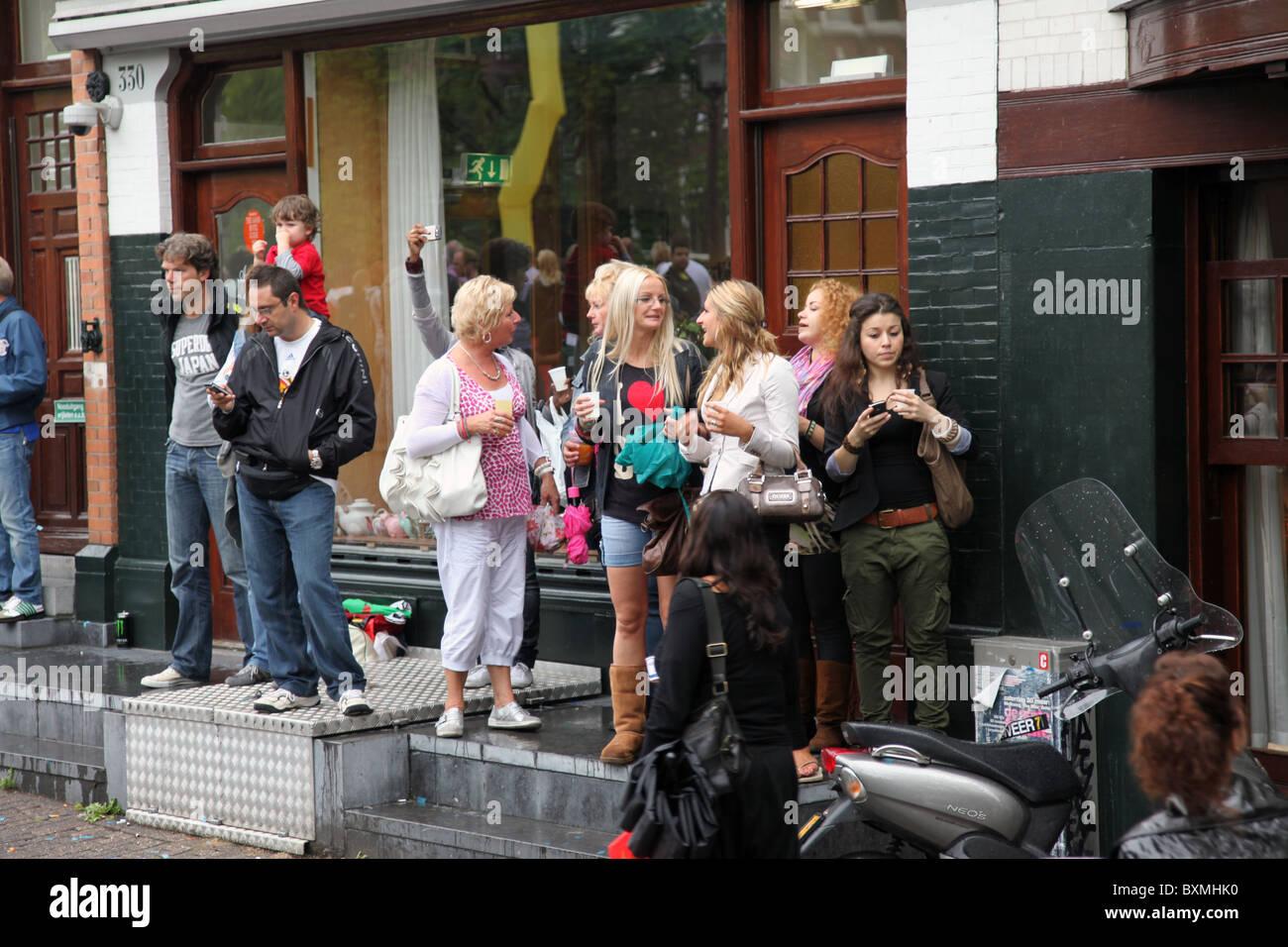 Les gens debout dans les embrasures pour regarder la Gay Pride 2010 Photo Stock