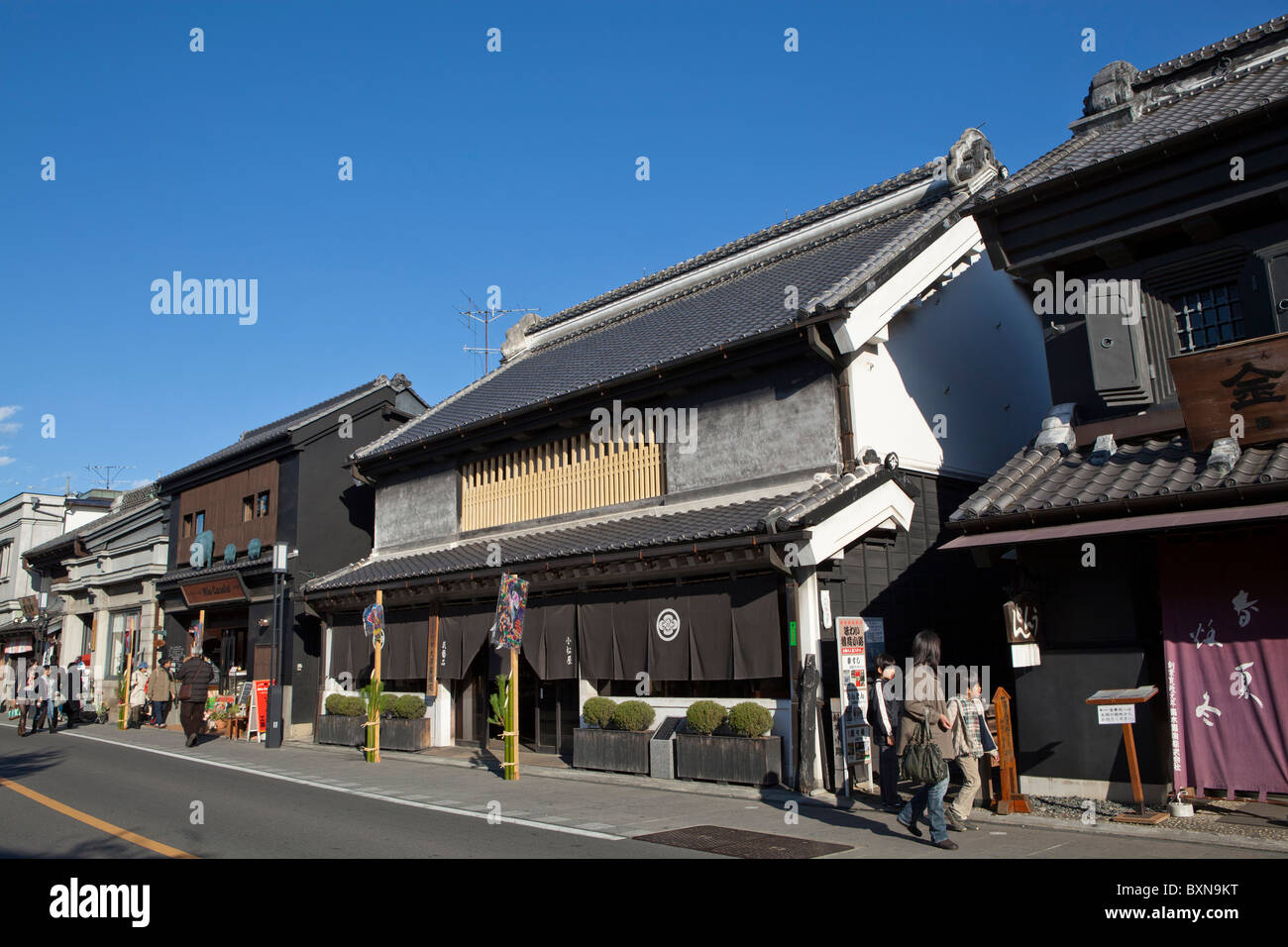 Le Kawagoe Ichiban Gai Street est bordée de bâtiments d'architecture intrigante Kurazukuri Photo Stock