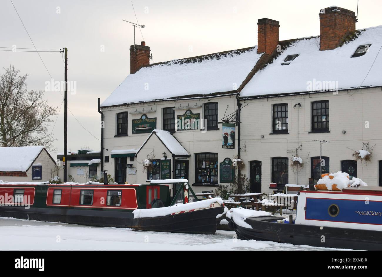Le Cap de Bonne Espérance pub et Grand Union Canal en hiver avec la neige, Warwick, Royaume-Uni Photo Stock