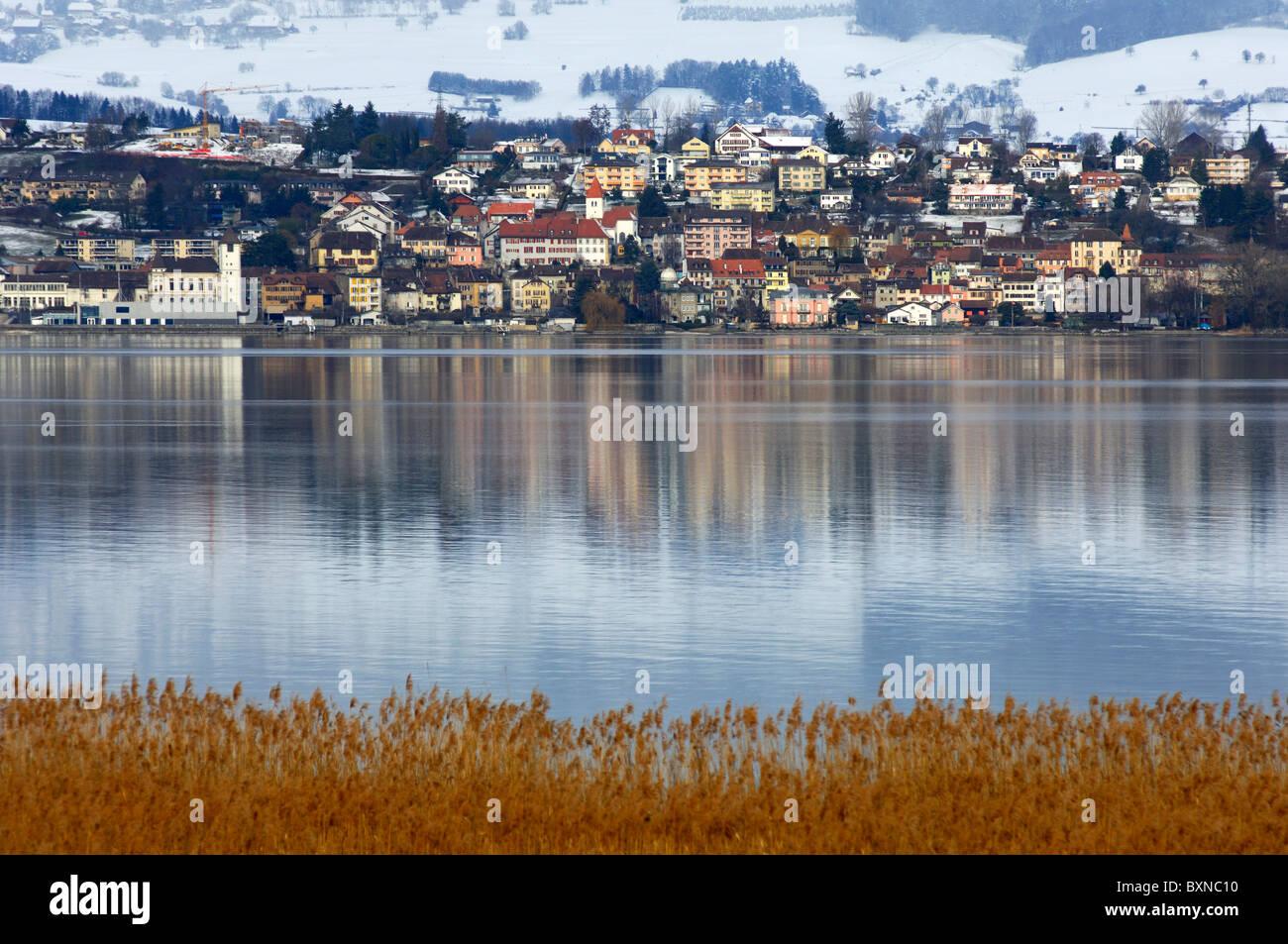 Vue sur le lac de Neuchâtel winterly vers la municipalité de Grandson, canton de Vaud, Suisse Photo Stock