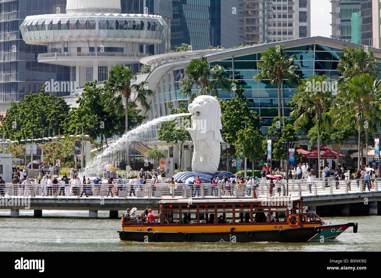 Singapour: la statue du Merlion avec ville en arrière-plan, l'Esplanade de la baie de La Marina Banque D'Images