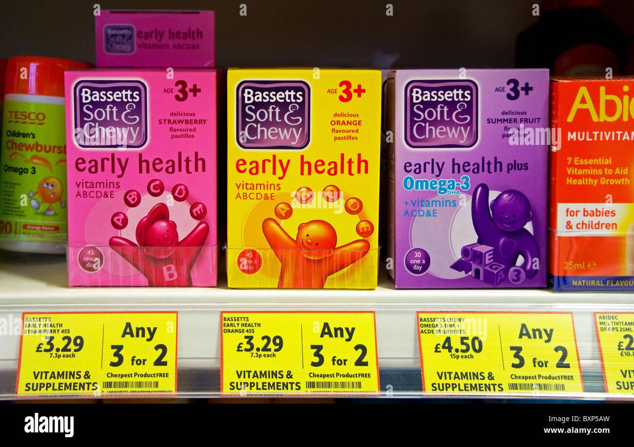 Boîtes de comprimés de vitamines pour enfants sur une étagère de supermarché Photo Stock