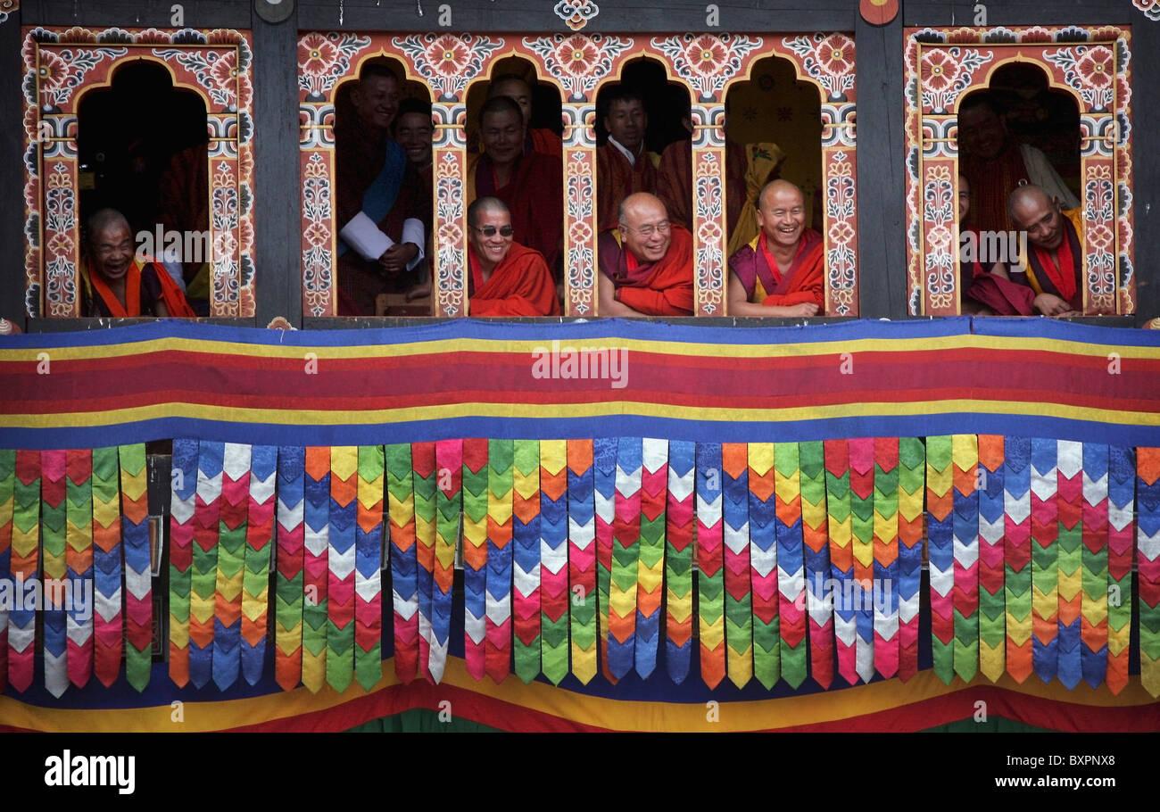Moines aînés dans la fenêtre à Tashi Chodzong pendant le festival bouddhiste Thimpu Photo Stock