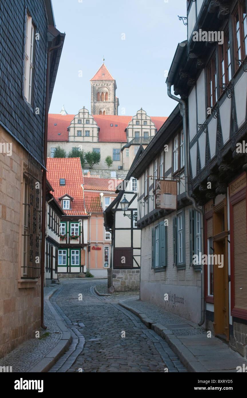 L'Allemagne, la Saxe-Anhalt, Quedlinburg, maisons à pans de bois et le château Photo Stock