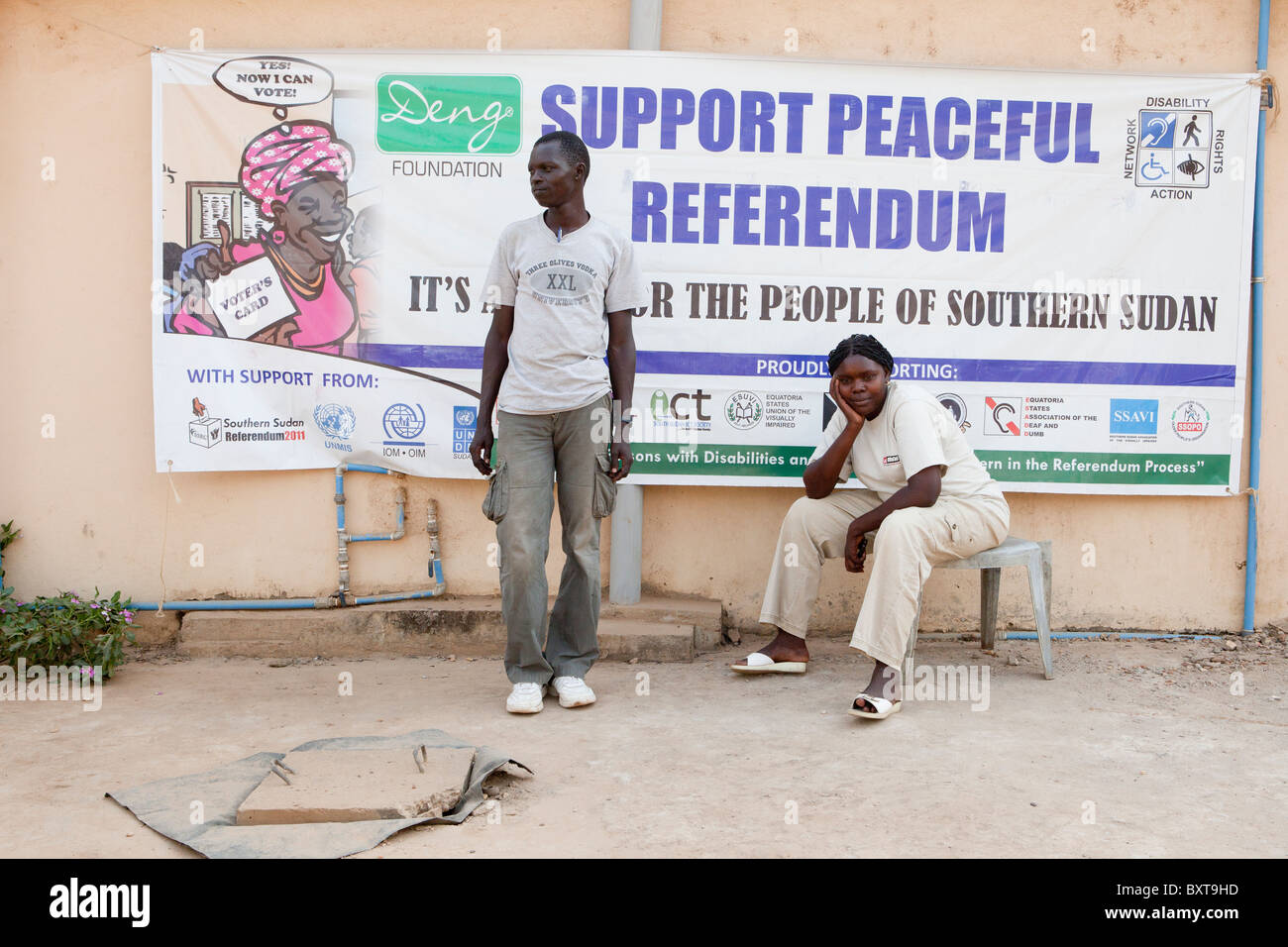 JUBA, Soudan du Sud, 8 décembre 2010: Référendum poster sur un coin de rue dans le centre ville Photo Stock