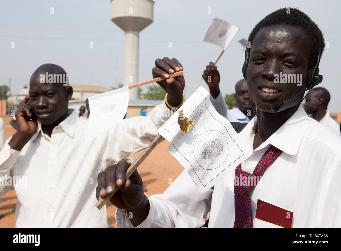 Le sud soudanais de retour s'inscrire au vote dans le 9e janvier 2011 le référendum à la John Photo Stock