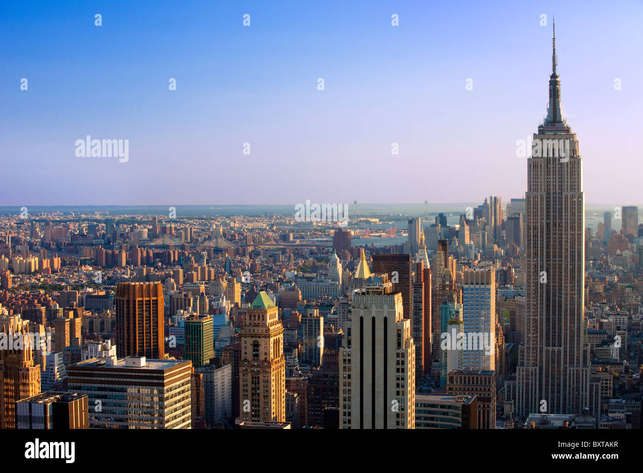 La fin de l'après-midi vue de l'Empire State Building et les toits de Manhattan, New York City USA Photo Stock