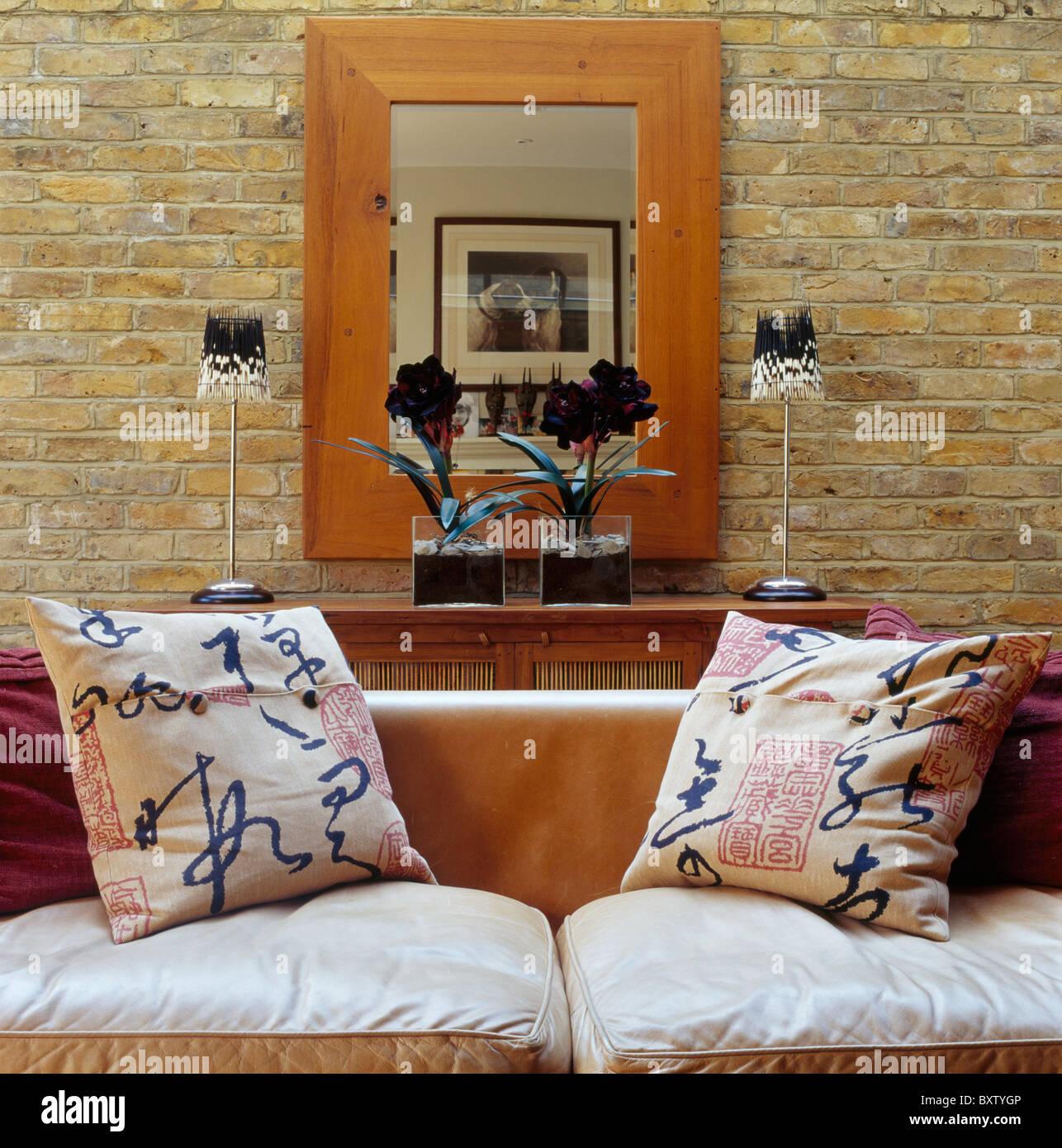 Miroir Salle De Sejour grand miroir au cadre en bois sur mur en briques apparentes