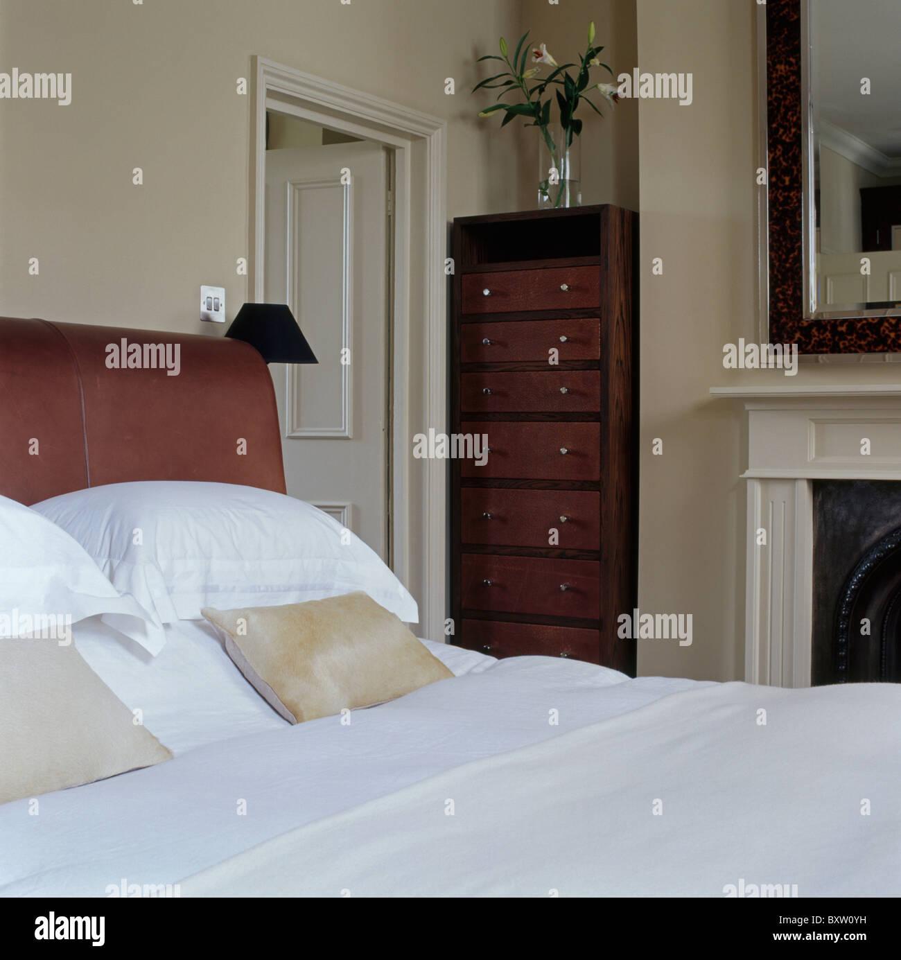 Oreillers Et Draps Blancs Sur Lit Dans Chambre Avec Maison Creme