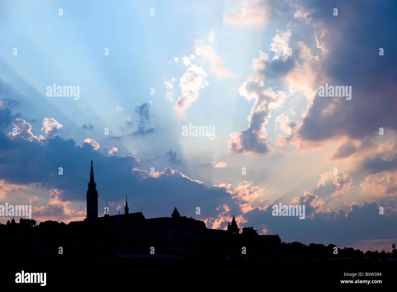 Silhouette de Budapest city skyline avec ciel dramatique, Hongrie Photo Stock