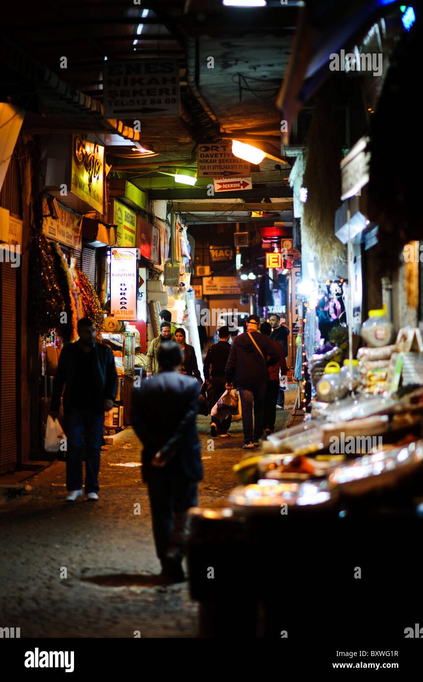 bc0c76504190 Une photo de nuit d une étroite ruelle de nuit à côté du marché aux