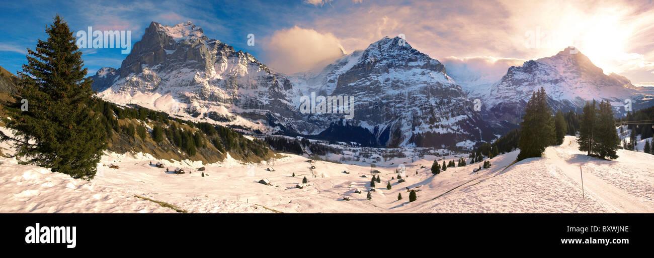 Sur les pistes des Alpes à la recherche vers le Wetterhorn (à gauche). Alpes Suisses, Suisse Banque D'Images