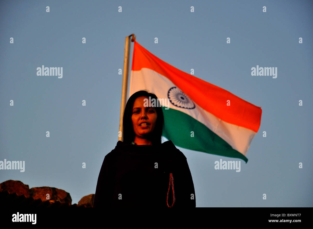 Une femme indienne avec drapeau national Photo Stock