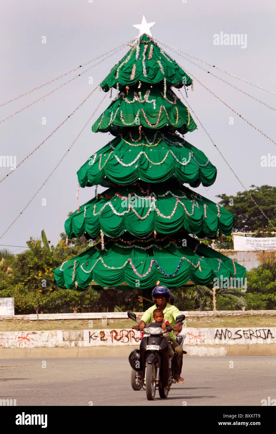 Arbre de Noël dans les rues de Dili, capitale du Timor Leste (Timor oriental) Banque D'Images