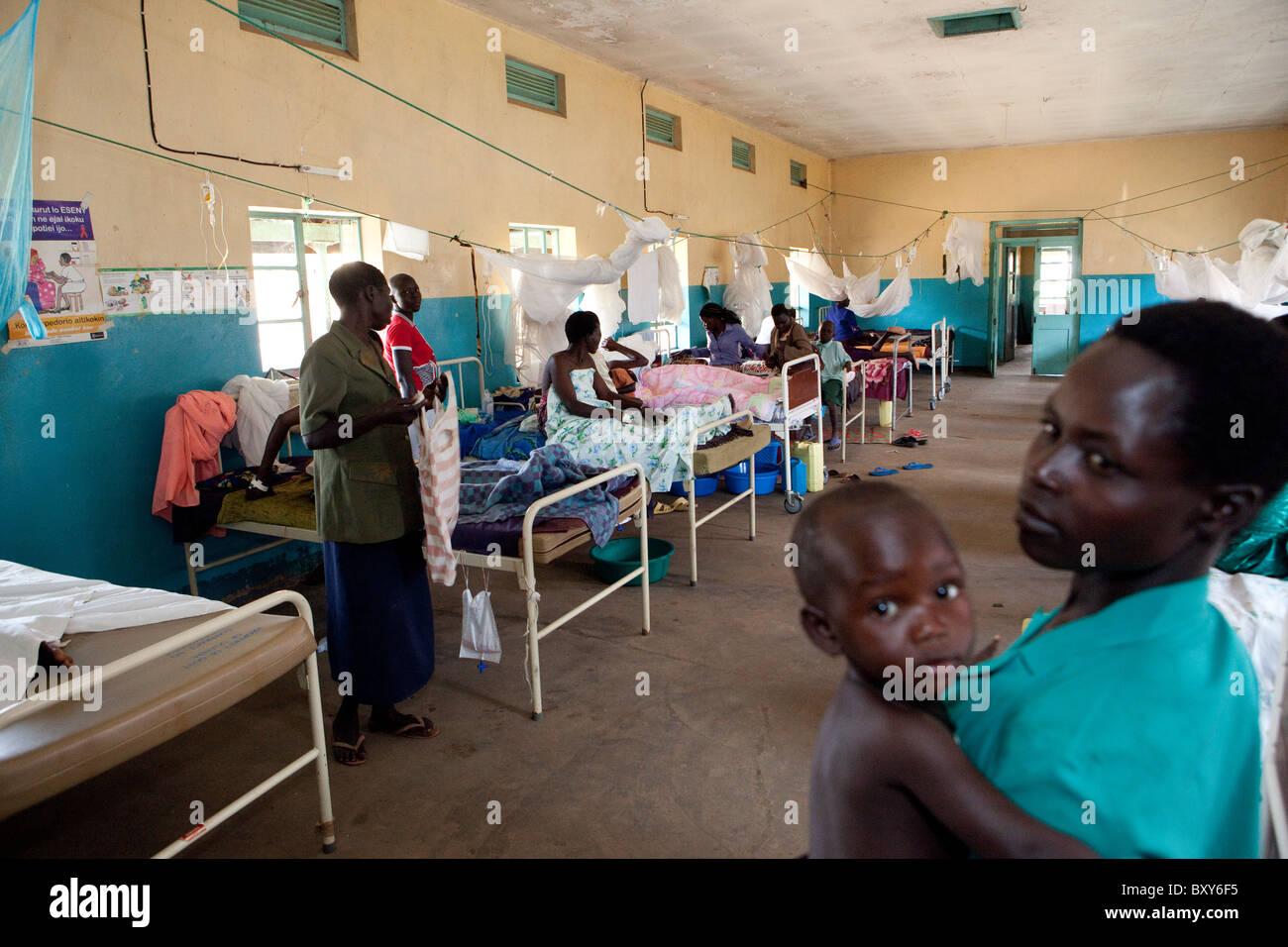 La femme reste dans la maternité de l'Amuria IV - Centre de santé du district, en Ouganda Amuria, Photo Stock