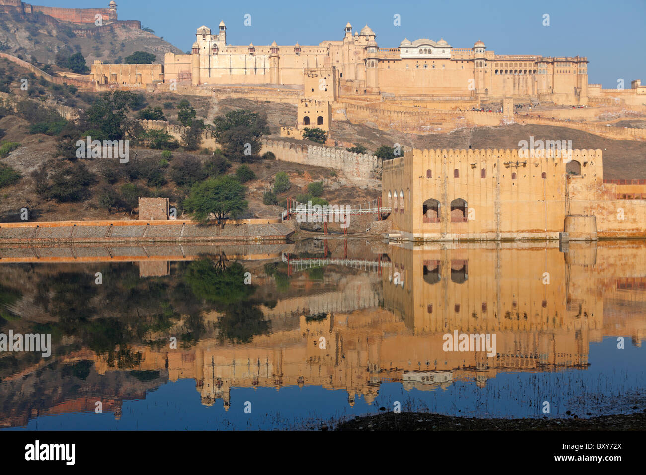 Le Fort Amber reflétée dans le lac Maotha, Jaipur, Inde Photo Stock