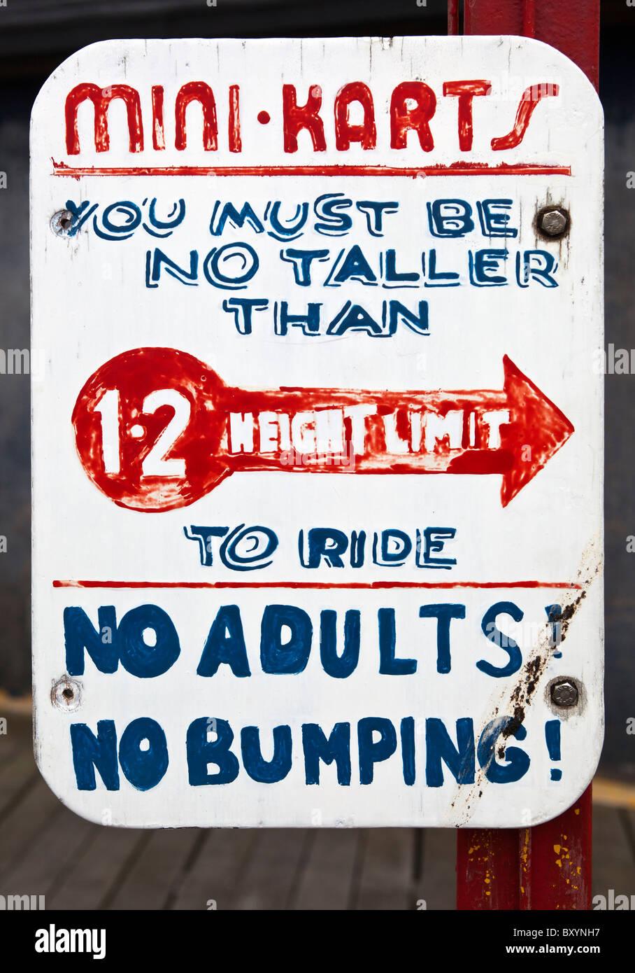 La limite de hauteur mini karts ride signer Teignmouth Devon Photo Stock