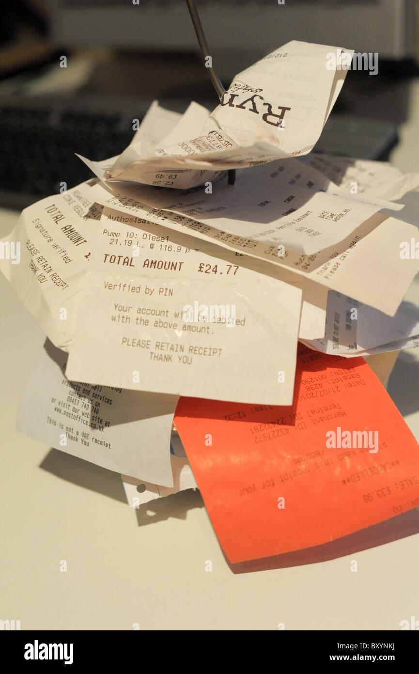 Les reçus et factures à un pic dans un bureau prêt pour les comptes de dépenses Photo Stock