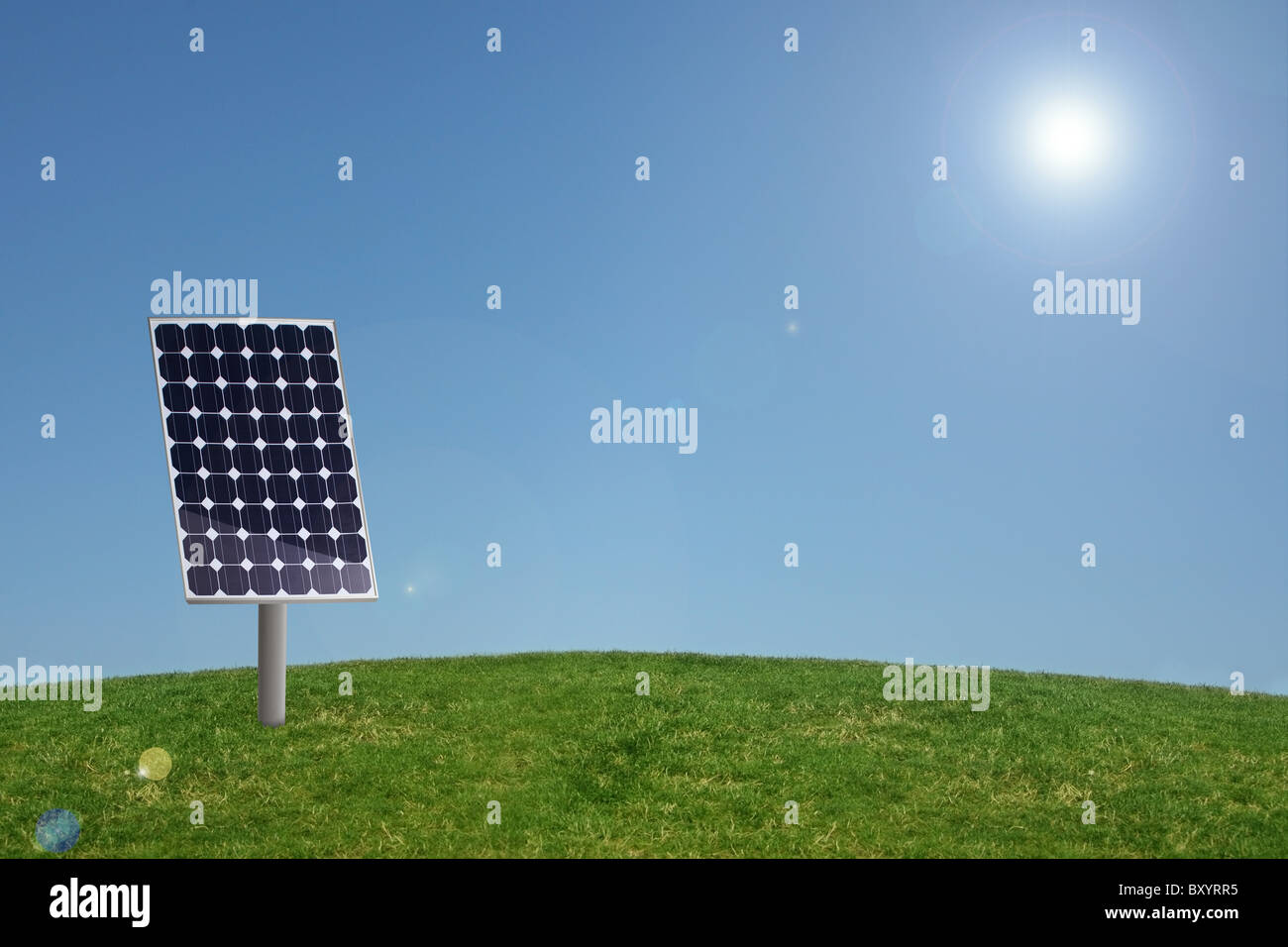 Panneau solaire à l'herbe avec ciel bleu Photo Stock