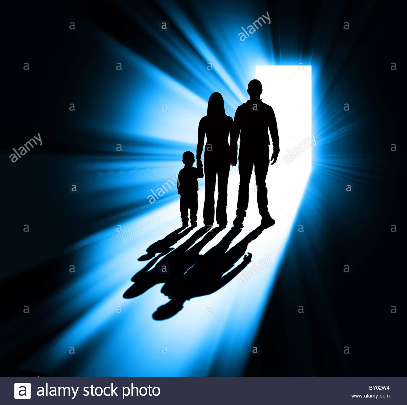 Silhouette dans la famille porte Photo Stock