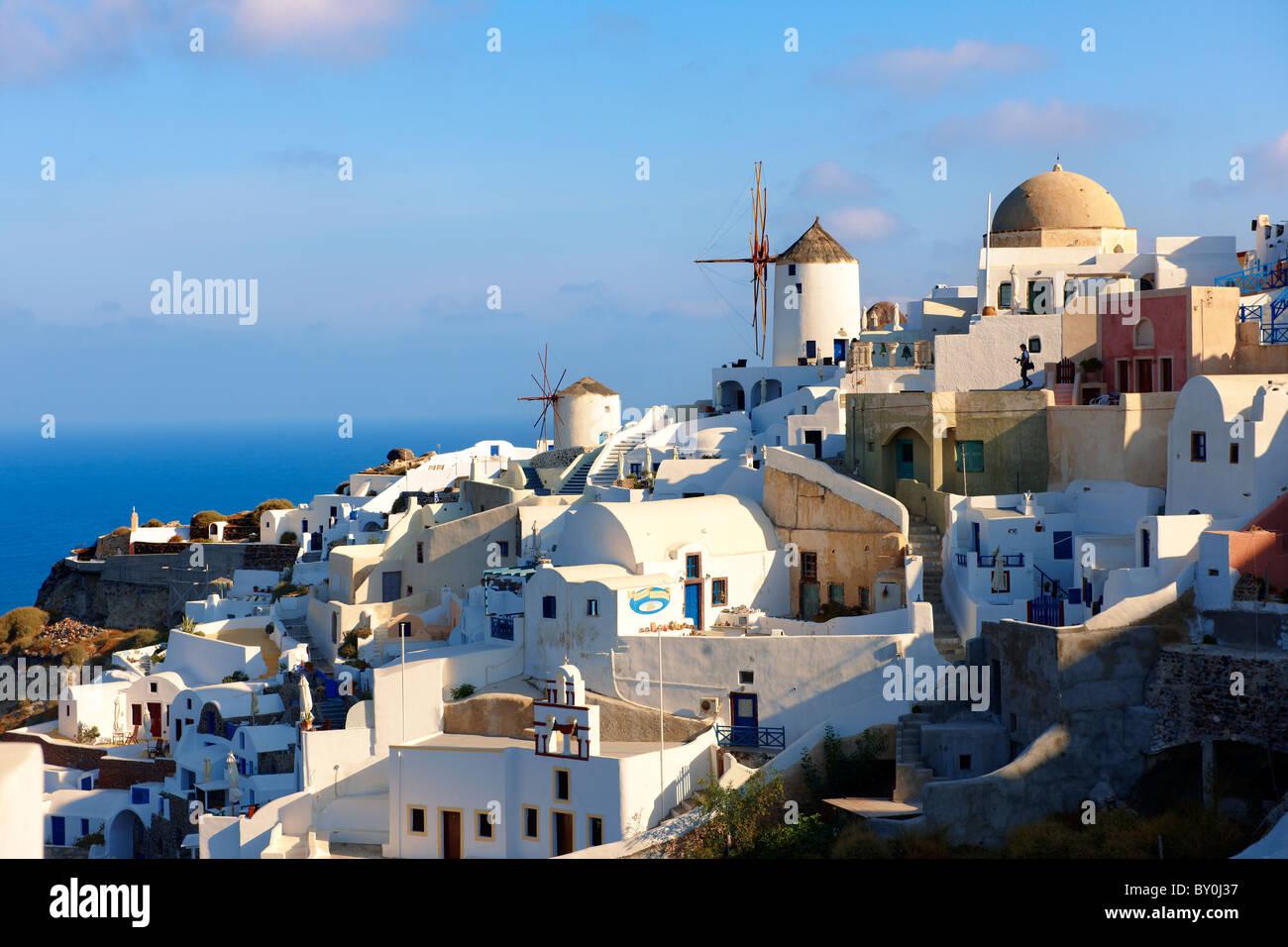 ( Oia Santorini Ia ) - les moulins à vent et vue de ville , Grec Iles Cyclades - Photos, photos et images Photo Stock