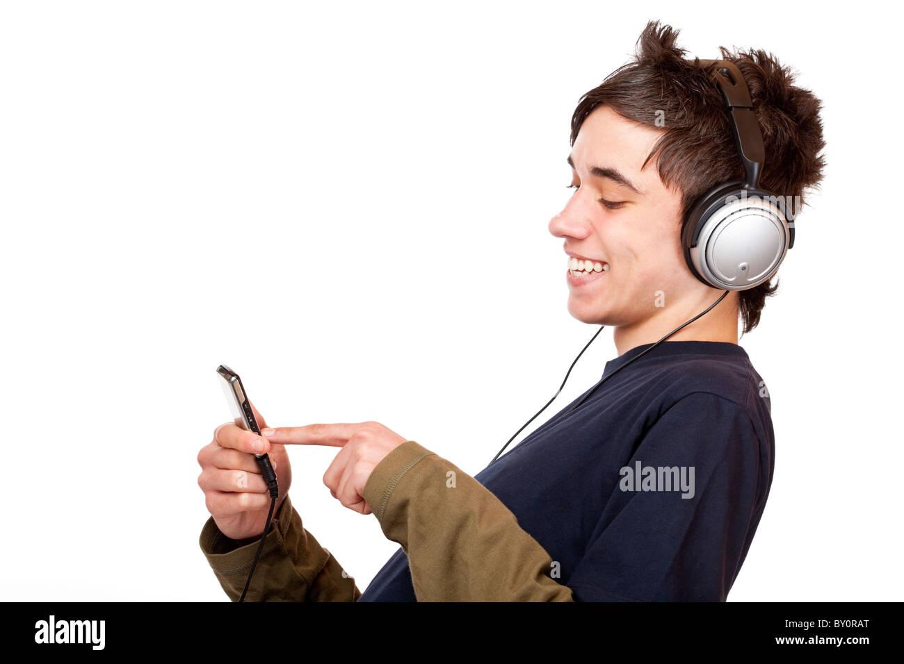 Adolescent avec l'utilisation de casque mp3 lecteur de musique. Isolé sur fond blanc Photo Stock