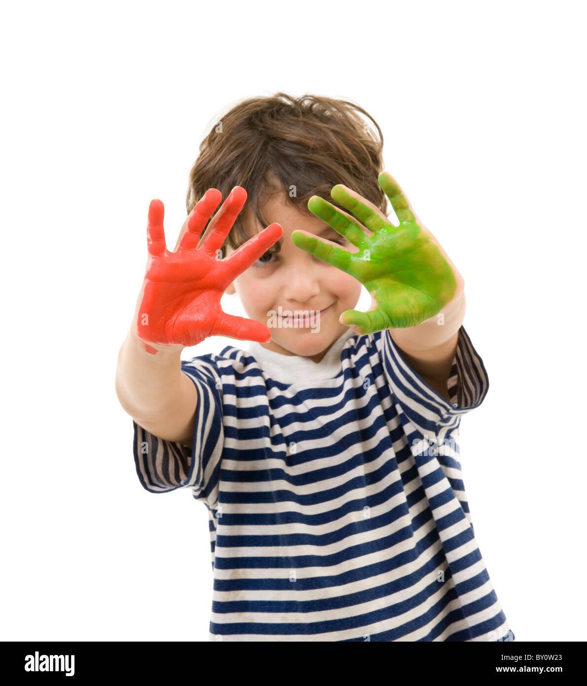 Jeune garçon avec des mains peintes en rouge et vert Photo Stock