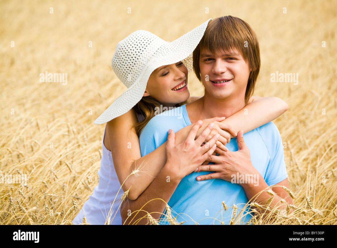 Droit de l'adjudication girl hugging son petit ami et de le regarder amoureusement Photo Stock