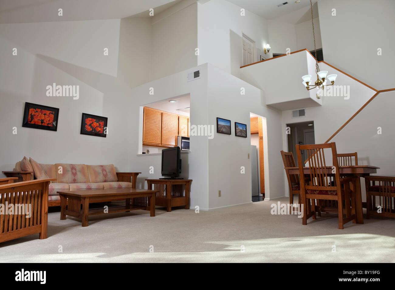 Condo de style maison de la Californie ensoleillée salle de séjour. L'art mural (photos) sont le travail Photo Stock