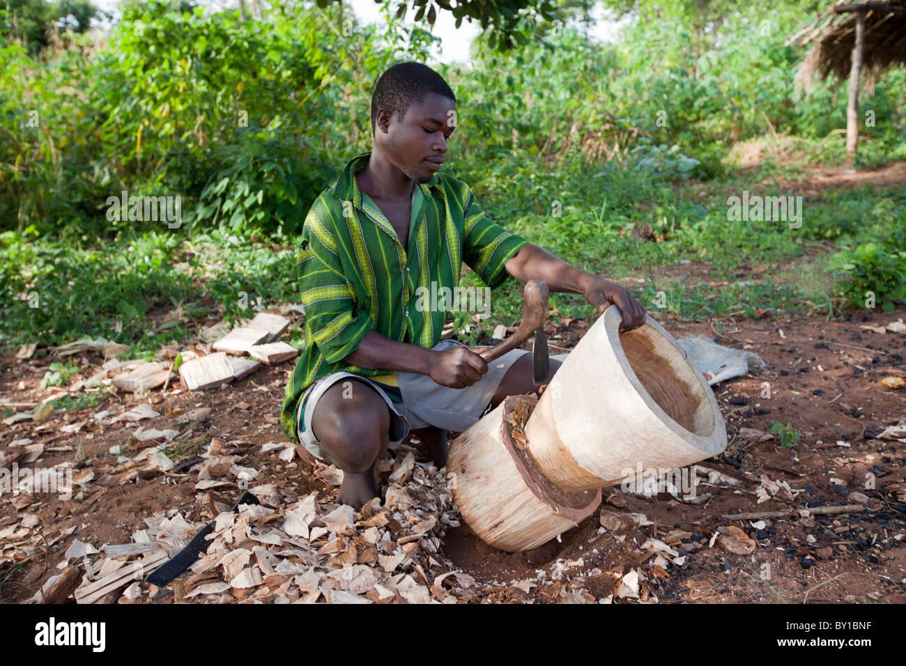 MECATI Forêt, Près de Nampula, MOZAMBIQUE, Mai 2010: un groupe de producteurs de charbon de bois Photo Stock