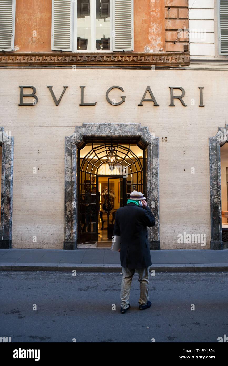 2a76978416d Fenêtre magasin Bulgari une personne de communiquer avec un téléphone  mobile via dei Condotti Rome Photo