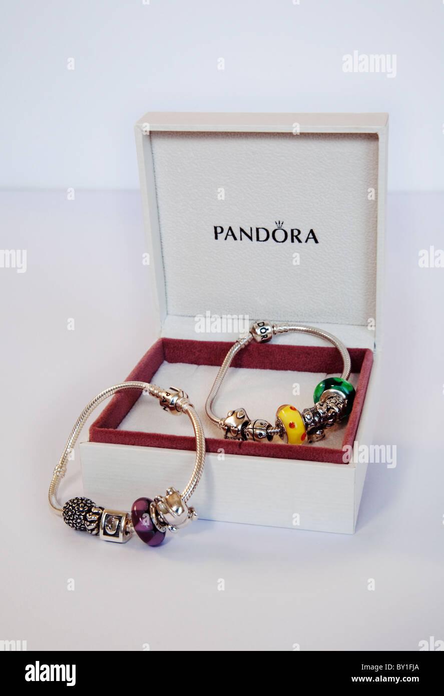 Deux bracelets bijoux Pandora et de leur emballage Photo Stock