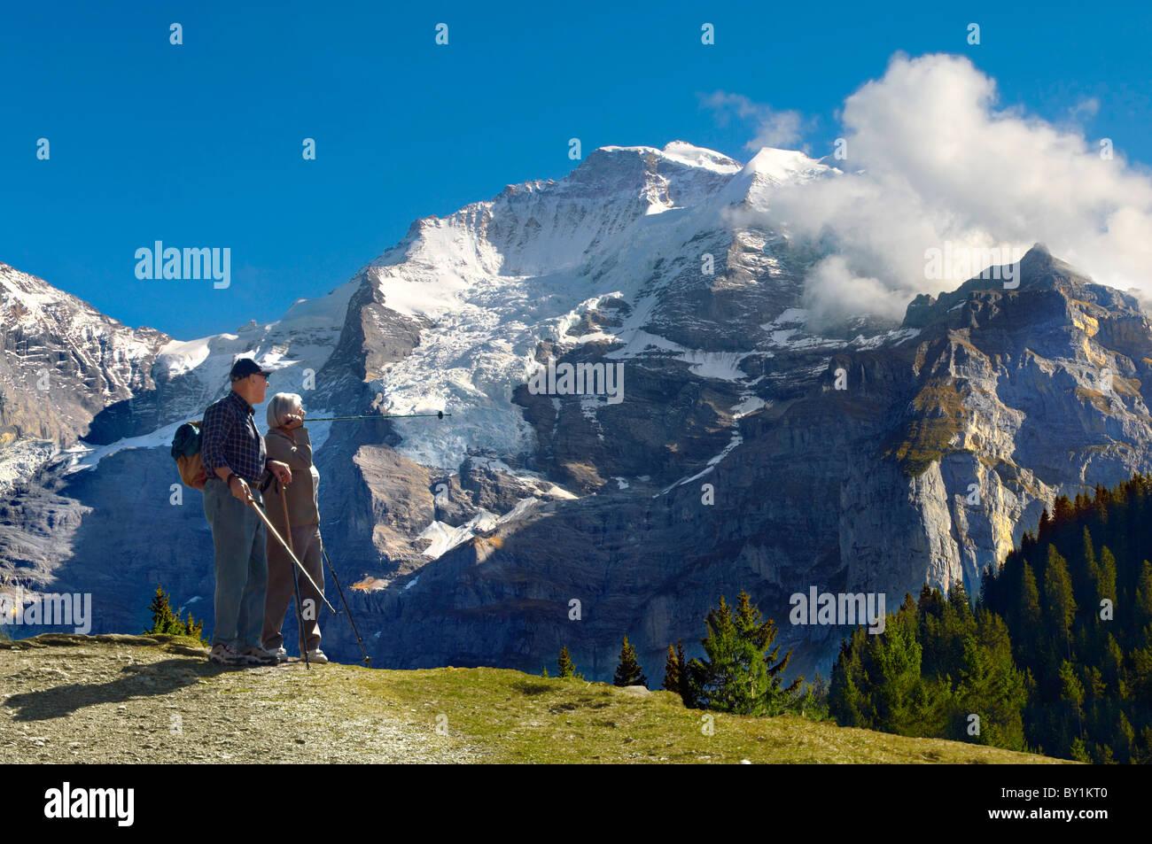 Personnes âgées coulée autour de Murren, Alpes Suisses, Suisse Banque D'Images