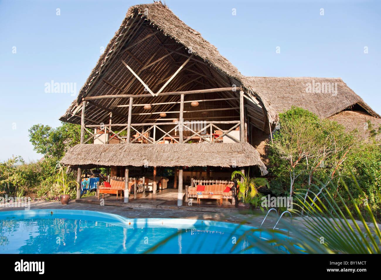 Le bâtiment principal et la piscine de l'île de Lazy Lagoon Hôtel situé sur une petite île Photo Stock