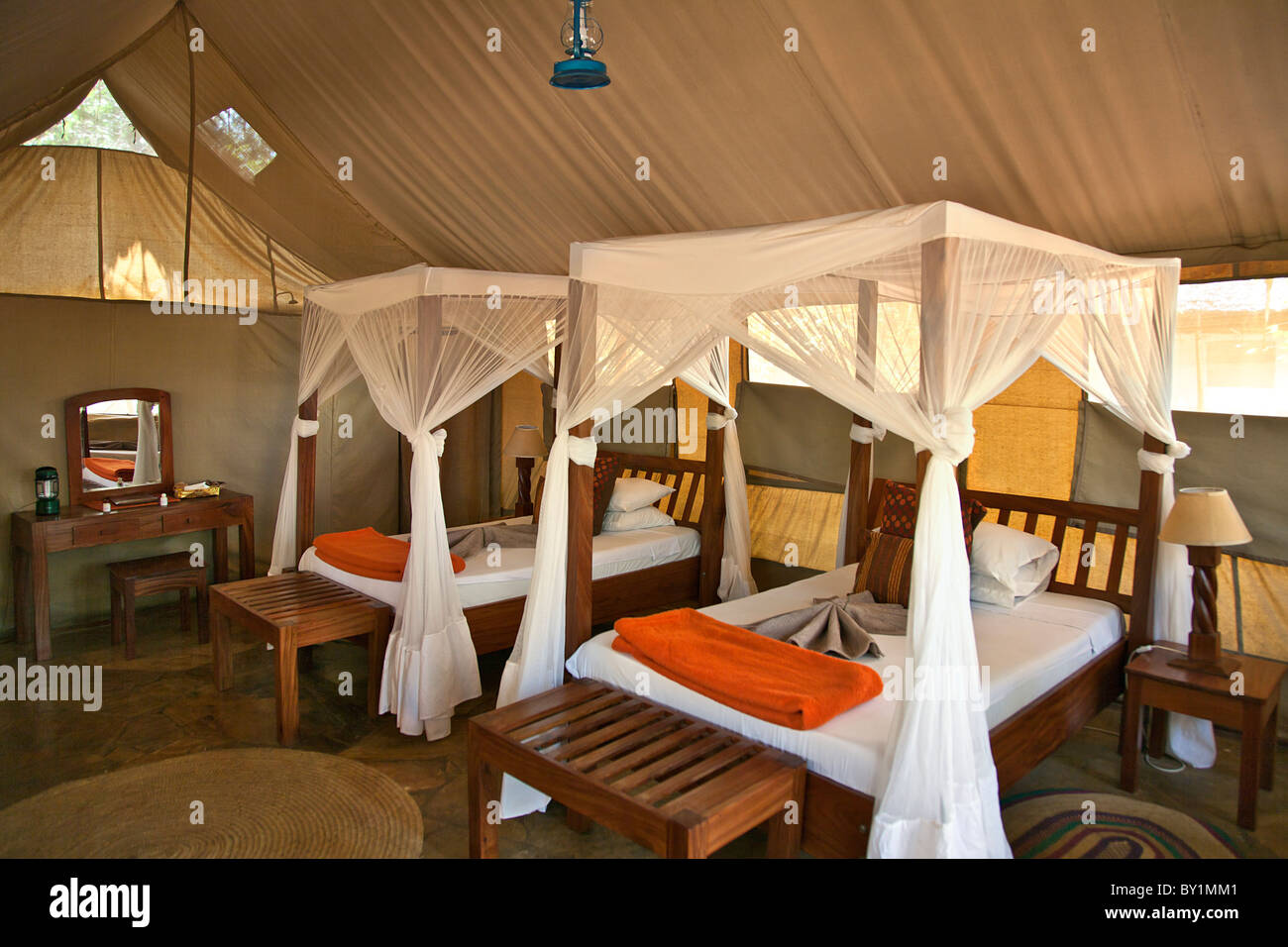 Hébergement sous tente à Riverside Selous Safari Camp situé sur les rives du fleuve Rufiji juste Photo Stock