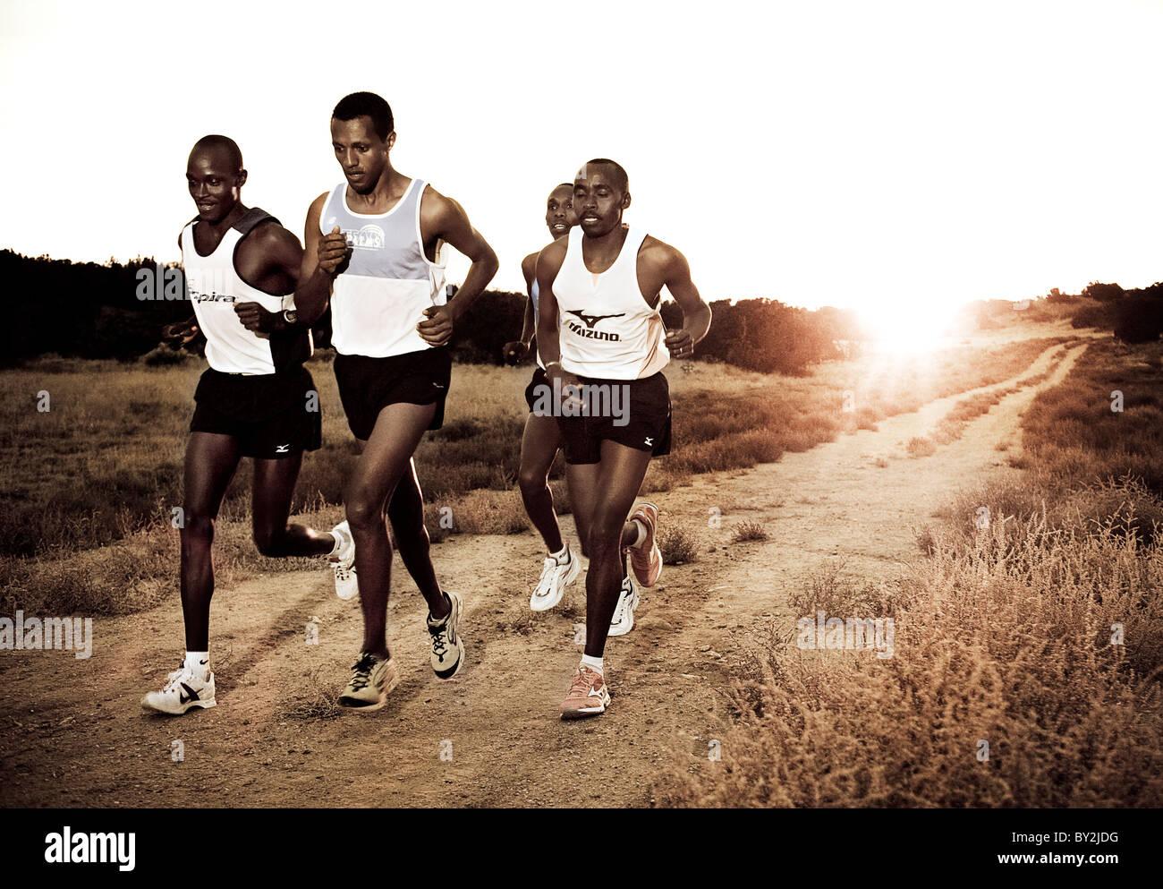 Les coureurs de marathon Kenyan au coucher du soleil Photo Stock