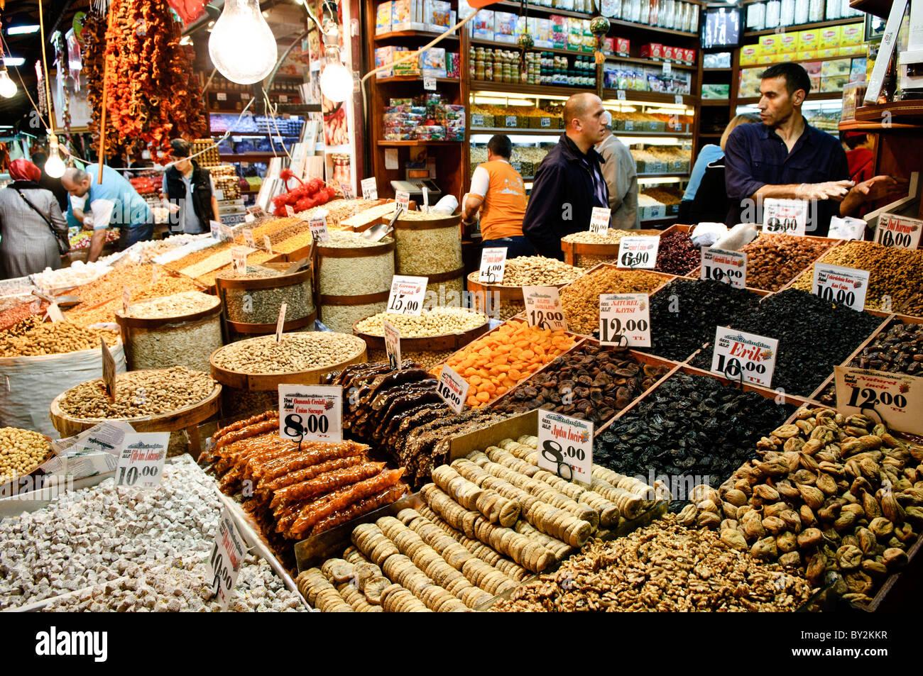 086a17986bdb Les fruits séchés et les noix devant un magasin à côté du marché aux épices  (