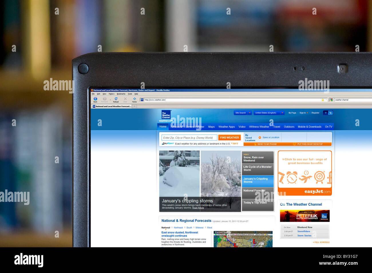 Parcourant les prévisions météorologiques sur le canal météo site web, USA Photo Stock