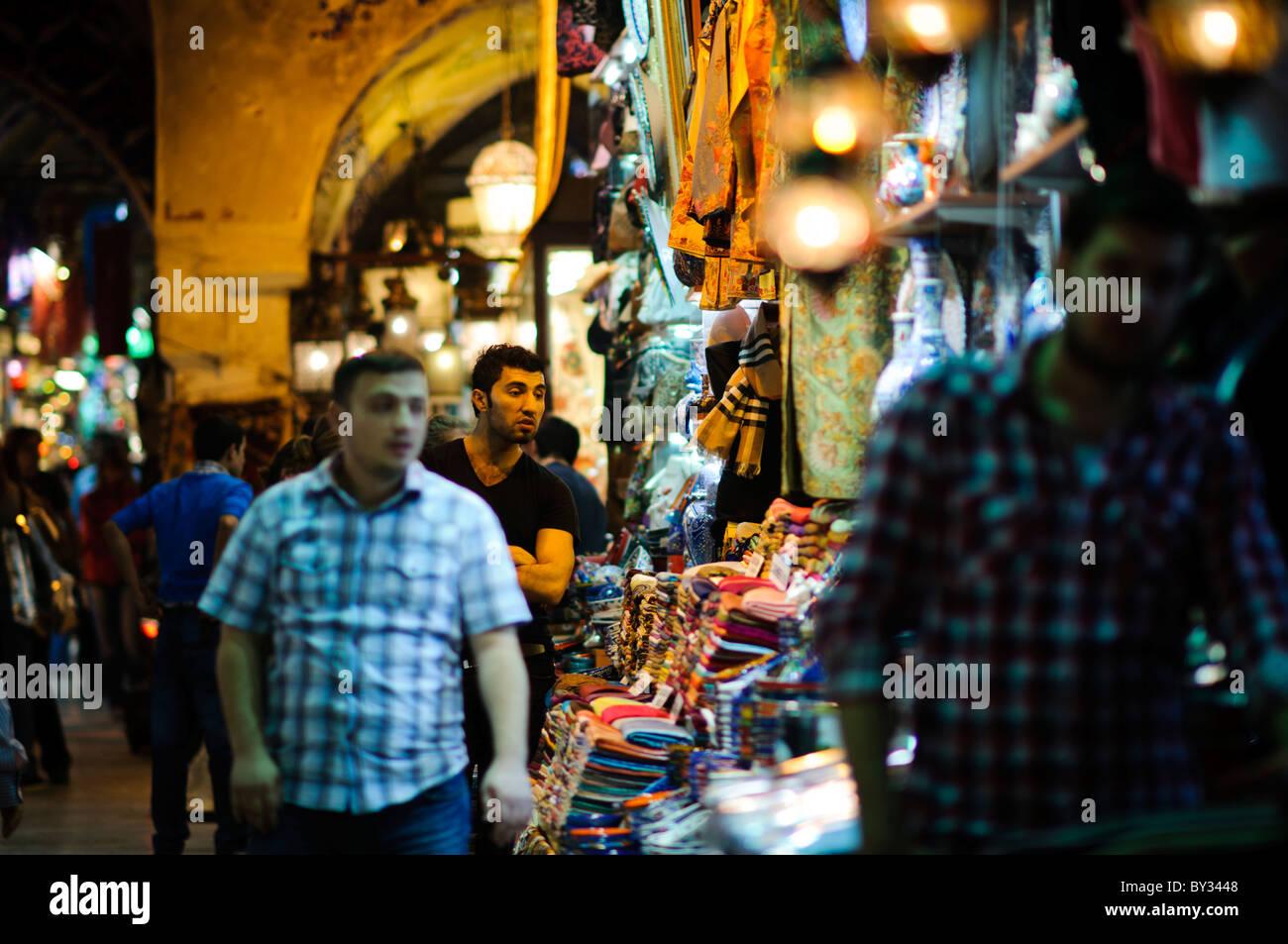 6adf855c278f Un commerçant ventes foulards en soie dans le quartier historique  d Istanbul Grand Bazar.