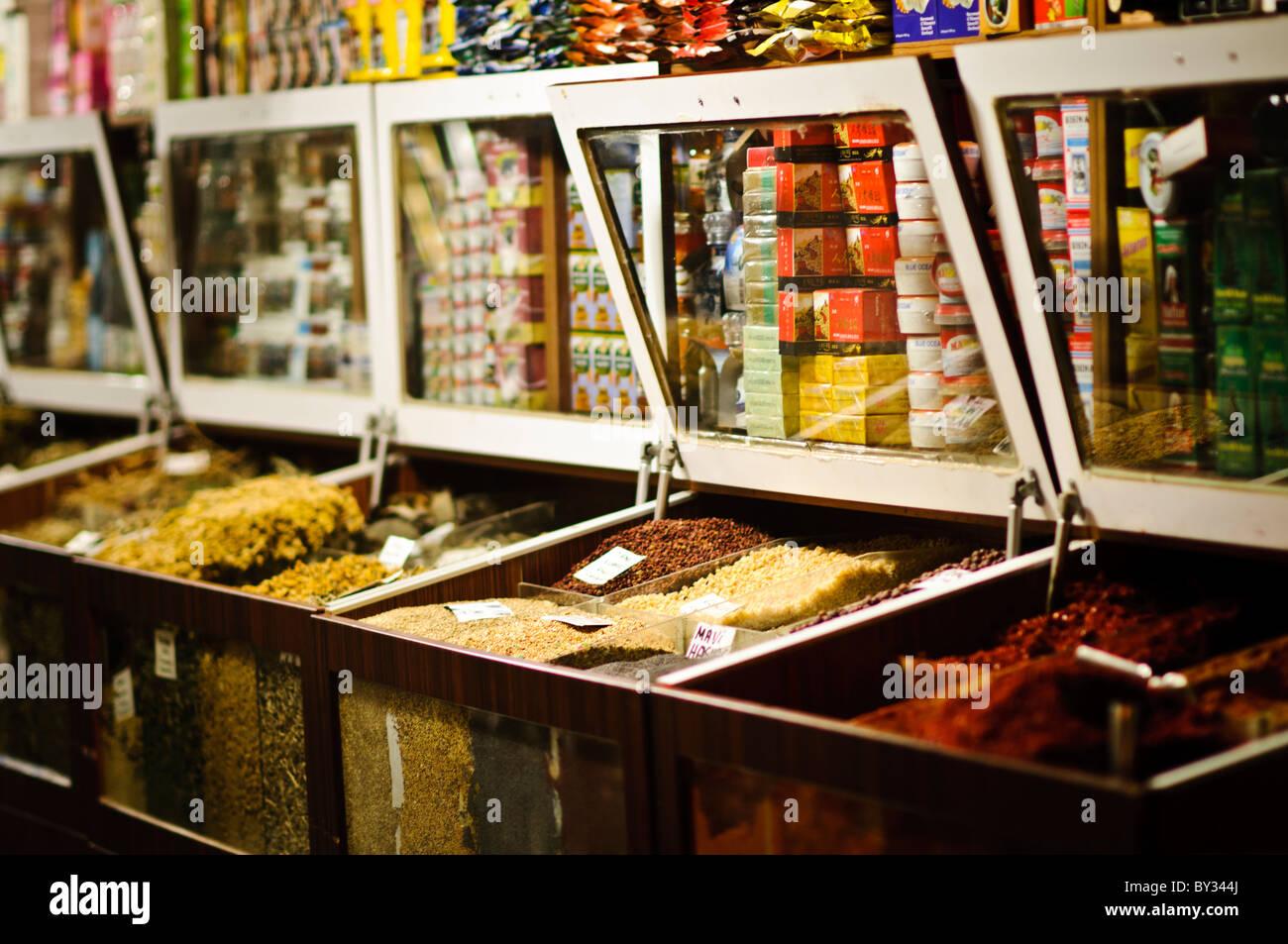 2e39f95015ae Épices à vendre à un magasin d épices et d ingrédients dans le marché